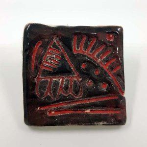 Broche carrée rouge et noire